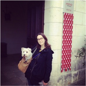 Zadig and I in front of the entrance of a castle